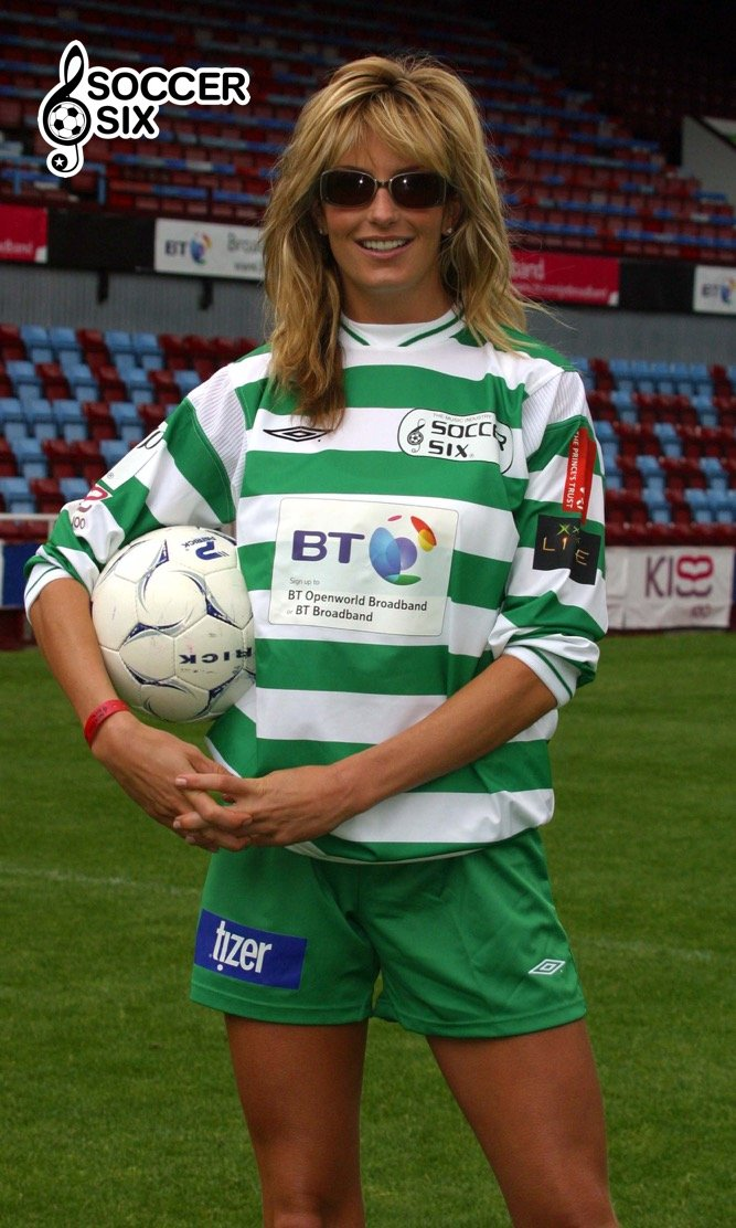 PENNY LANCASTER POSES